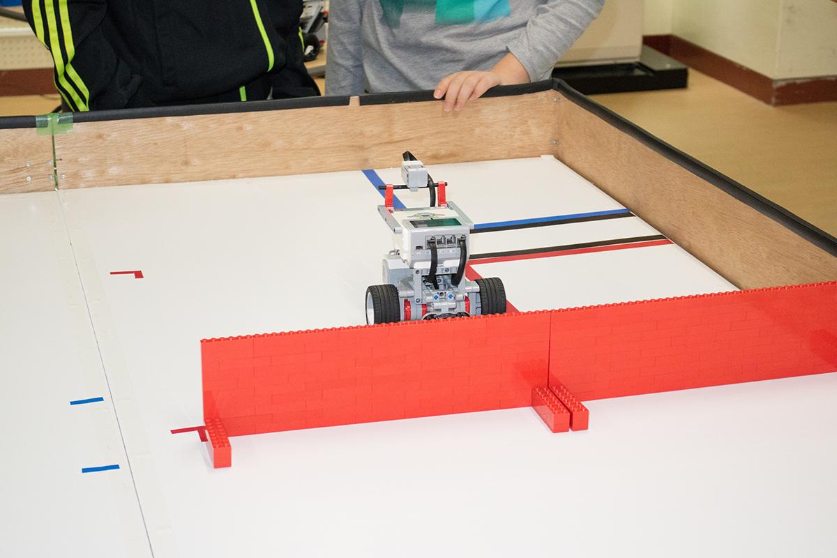最後は生徒たちが自分で考えてプログラミングしたEV3を走らせました