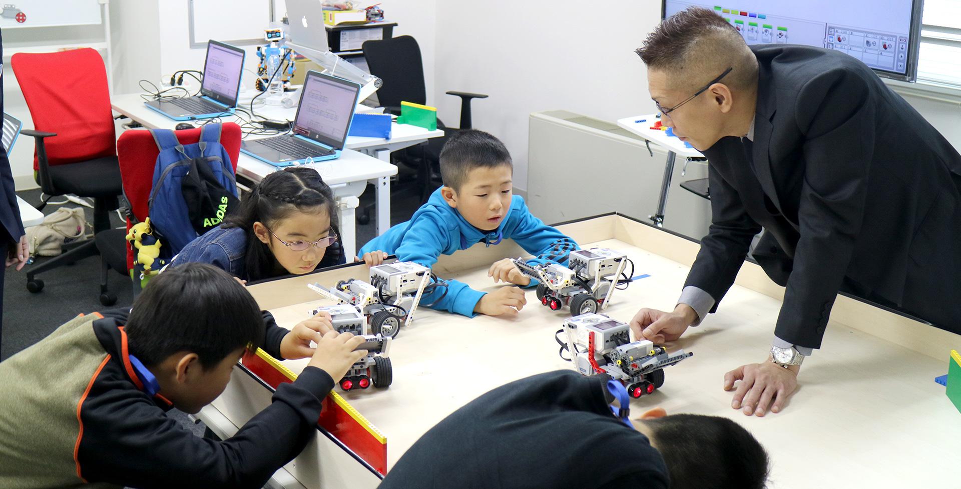 超音波センサーの範囲を確認する小学生たち
