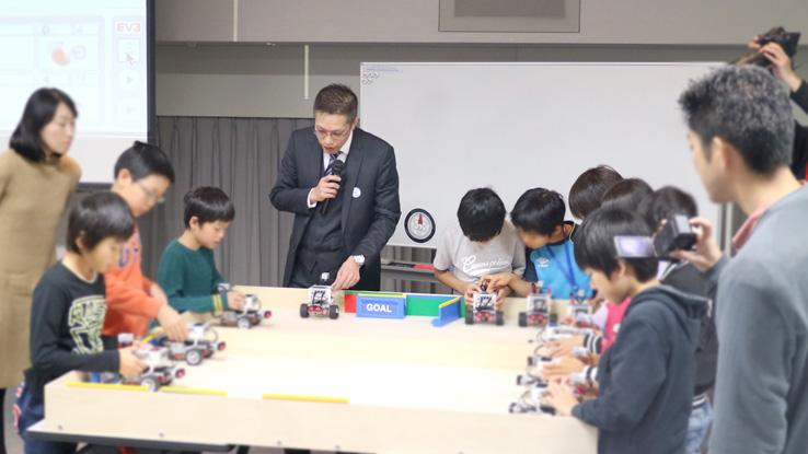 プログラムをはじめてEV3で実行する小学生たち